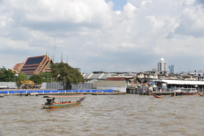 Chao Prava River van Nothaburi naar Bangkok. Uitzicht op our en Nieuw Bangkok